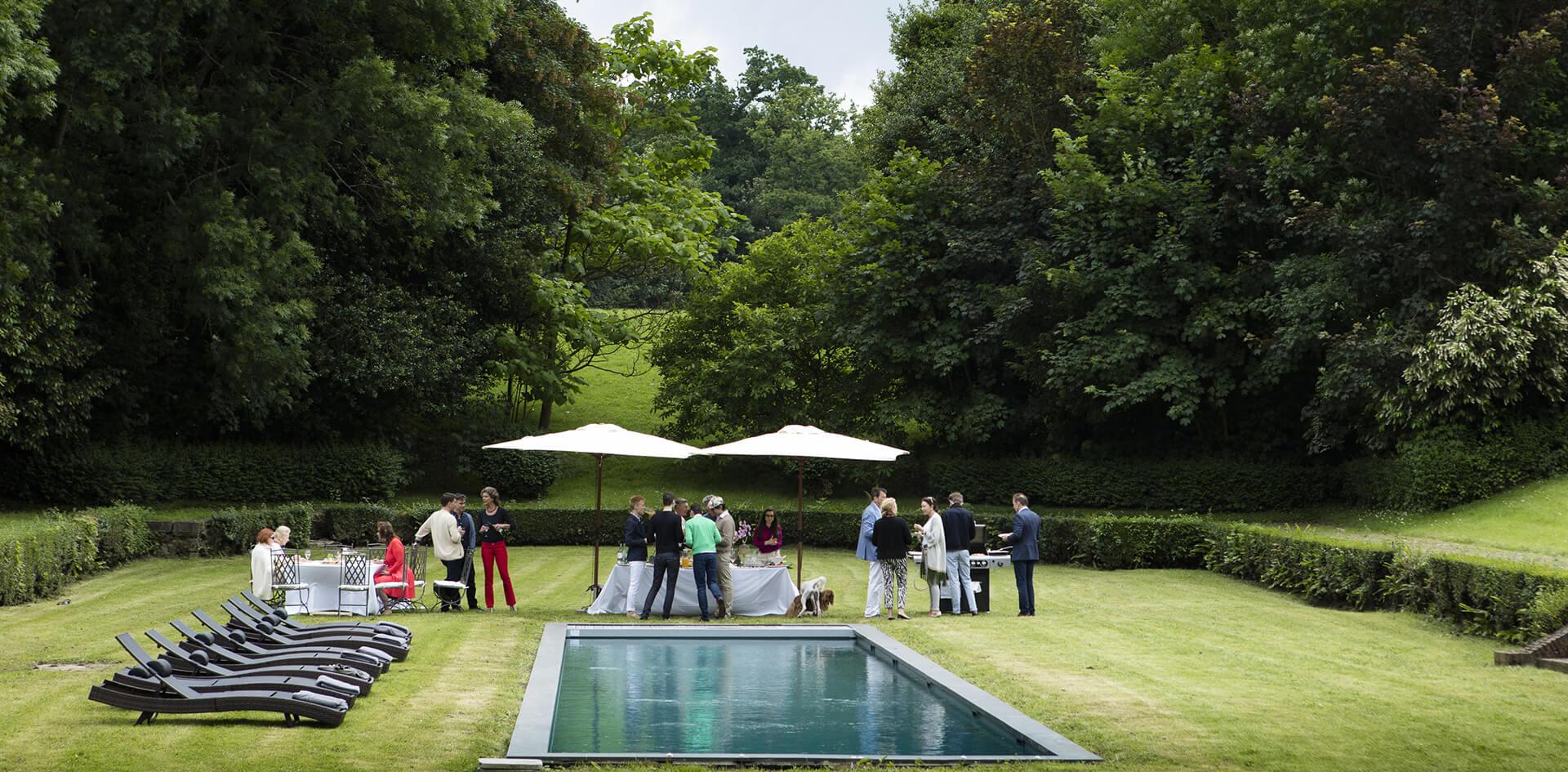 Réception et mariage dans le parc près de la piscine extérieur